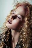 glam Profil av den eftertänksamma flickan med moderiktig livlig makeup Arkivbilder