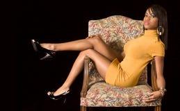 glamorös afrikansk amerikanstolsflicka royaltyfria foton