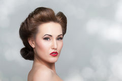 Härlig tappningkvinnastående med fortiesfrisyren Royaltyfri Foto