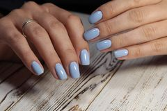 glamorös blå manikyr arkivfoto