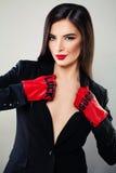 Glamorös brunettkvinna med röd kantmakeup Fotografering för Bildbyråer