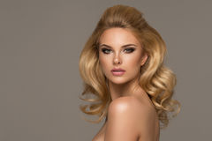 Glamorös curvy blond kvinna Royaltyfri Foto