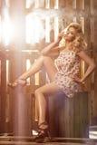Glamorös curvy blond kvinna Royaltyfria Bilder