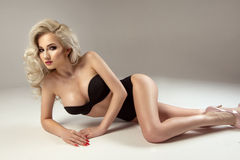 Glamorös curvy blond kvinna Arkivfoto