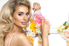 Glamorös curvy blond kvinna Royaltyfri Fotografi