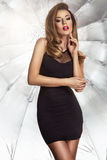 Glamorös curvy brunettkvinna Royaltyfri Foto