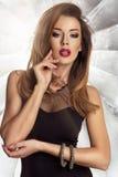 Glamorös curvy brunettkvinna Arkivbild