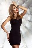 Glamorös curvy brunettkvinna Royaltyfri Bild