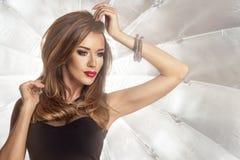 Glamorös curvy brunettkvinna Royaltyfria Bilder