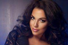 Glamorös curvy brunettkvinna Royaltyfria Foton