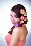 Glamorös flicka med blommor Arkivbild