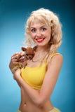 Glamorös flicka som rymmer en chihuahuahund Blondin som kramar en valp arkivfoto