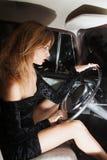 Glamorös kvinna bak hjulet i bilen Arkivfoto