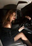Glamorös kvinna bak hjulet i bilen Royaltyfri Bild
