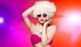 Glamorös kvinna med en blond afro frisyr Arkivbilder