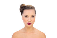 Glamorös kvinna med rött kyssa för kanter Arkivbilder
