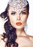 Glamorös kvinna med smycken - skinande diadem arkivfoto
