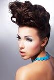 Glamorös kvinnlig. Lyxig coiffure och smink Royaltyfri Bild