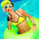 Glamorös modeflicka i för sommarparti för pöl varm stil Royaltyfria Bilder