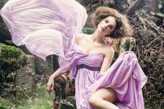 glamorös sittande kvinna för stol Royaltyfria Foton