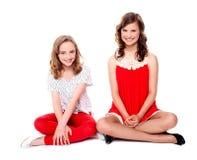 glamorös sitting tillsammans två för vänner Arkivfoton