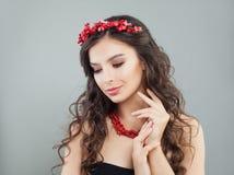 Glamorös smyckenmodellbrunett Nätt ung kvinna med makeup, långt hår och korallhalsbandet royaltyfria bilder