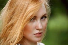 Glamorös stående av en rödhårig manflicka Royaltyfria Bilder