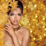 Glamorös stående för skönhetmodeflicka Härliga wi för ung kvinna arkivfoton