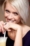 Glamorös ung kvinna som tycker om en coctail royaltyfri fotografi