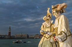 Glamorösa och romantiska aristokratpar under den venice karnevalet Fotografering för Bildbyråer