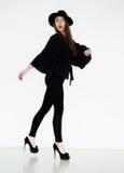 glamoröst posera för svarta kvinnligplagg som är retro Arkivbild