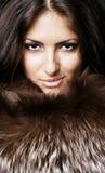 Glamor Frau in den Pelzen lizenzfreie stockbilder