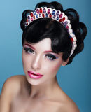 glamor Mooi Brunette in Kroon met Juwelen royalty-vrije stock fotografie