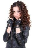 Glamorouse Brunettefrau in der Lederjacke Stockfoto