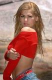 Glamorös blond flicka i floden Royaltyfri Foto