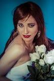 Glamour attraktiv kvinna med buketten av vita rosor arkivfoto