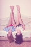 2 glamour blonde en donkerbruine sexy meisjes met Royalty-vrije Stock Foto