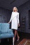 Glamour för samling för härliga sexiga för kvinnabrunetthår för mode kläder för modell poserar stilfull tillfällig studion Arkivfoton