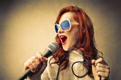 Glamour het jonge vrouw zingen Stock Afbeelding