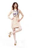 Glamour. Modieuze Elegante Vrouw in Moderne Glazen die zich op één been bevinden Royalty-vrije Stock Foto