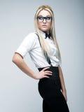 Glamour modieuze mooie jonge vrouw die glazen dragen Stock Foto