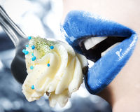 Glamour, mooie hartstochtelijke lippen met muffin Royalty-vrije Stock Afbeeldingen