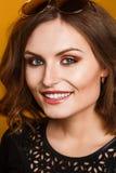glamourcloseupstående av den härliga sexiga stilfulla Caucasian modellen för ung kvinna med ljus makeup Fotografering för Bildbyråer