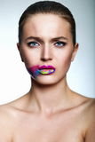 Glamourcloseupstående av den härliga sexiga stilfulla modellen för ung kvinna med ljus makeup, med idérika färgrika ljusa kanter m Arkivfoto