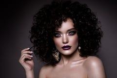 Glamourdam, härlig flicka på grå bakgrund Stående Krabbt hår, gör perfekt smink stängda ögon Royaltyfri Foto