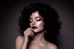 Glamourdame, Mooi Meisje op grijze achtergrond Portret Het golvende Haar, perfectioneert omhoog maakt Gesloten Ogen stock afbeelding