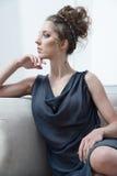 Glamourdamstående i lyxig klänning Arkivbilder