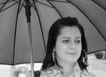 Glamourflicka i regnet Fotografering för Bildbyråer