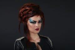Glamourflicka med blå makeup royaltyfria bilder