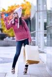 Glamourflicka med kreditkorten Fotografering för Bildbyråer